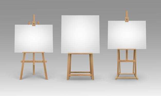 Set bruine sienna houten schildersezels met lege lege doeken geïsoleerd op achtergrond