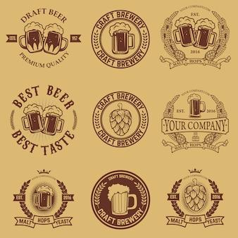 Set etiketten sjablonen met bierpul. bier emblemen. bar. kroeg. ontwerpelementen voor logo, label, embleem, teken, merkmarkering.