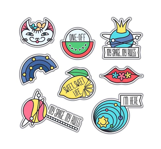 Set funky etiketten, ontwerpelementen. geïsoleerde emaille pinnen, patches en stickers in heldere kleuren.