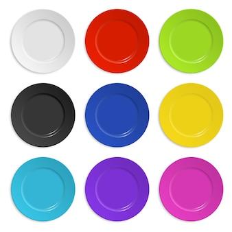 Set gekleurde platen geïsoleerd op wit