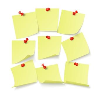Set gele stickers met ruimte voor tekst of bericht geplakt door clip aan muur. geïsoleerd op witte achtergrond