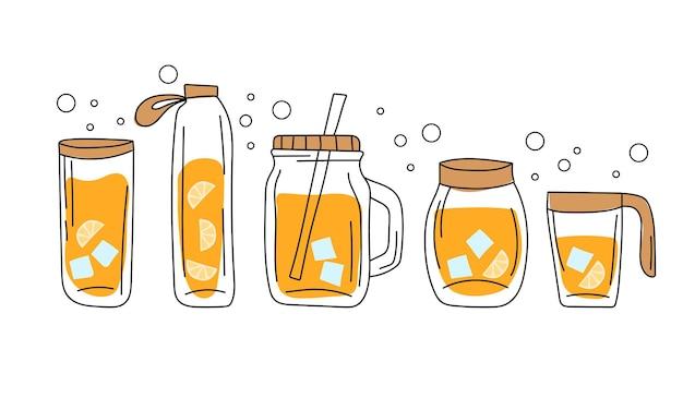 Set glazen containers en flessen met sinaasappelsap met ijs. handgetekende stijl
