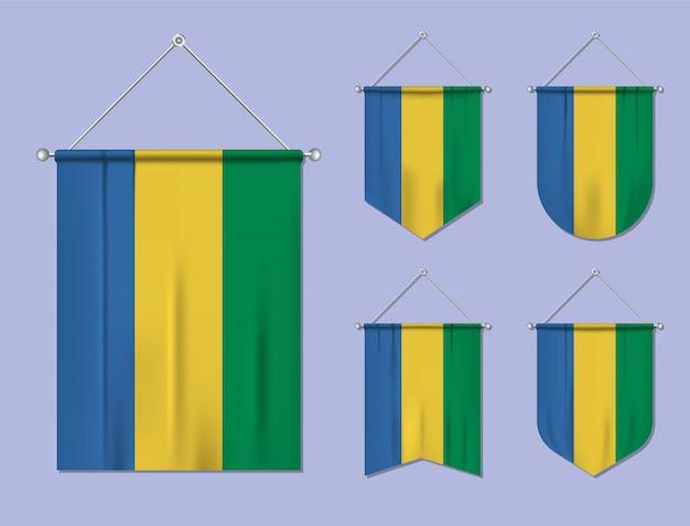 Set hangende vlaggen gabon met textiel patroon. diversiteitsvormen van het land van de nationale vlag. verticale sjabloonwimpel