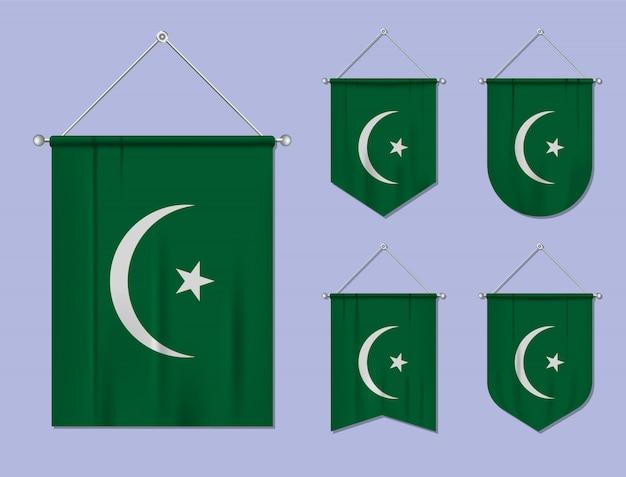 Set hangende vlaggen mauritanië met textiel patroon. diversiteitsvormen van het land van de nationale vlag. verticale sjabloonwimpel
