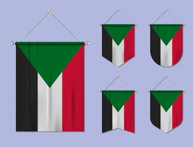 Set hangende vlaggen soedan met textiel patroon. diversiteitsvormen van het land van de nationale vlag. verticale sjabloonwimpel.