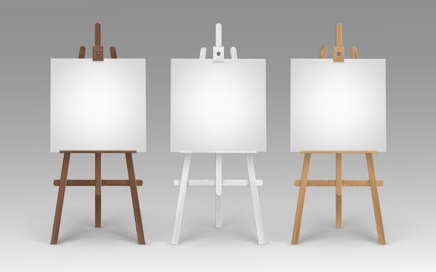Set houten bruin-witte sienna-schildersezels met lege lege vierkante doeken op achtergrond