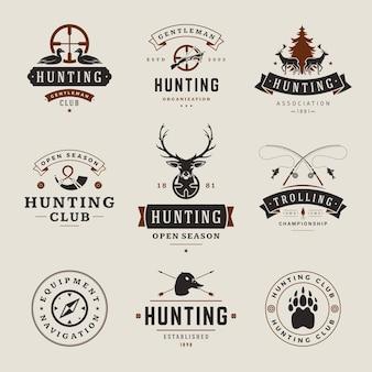 Set jacht en visserij etiketten, insignes, logo's vintage stijl. hertenkop, jagerwapens, wilde bosdieren en andere objecten. uitrusting voor reclame voor jagers.