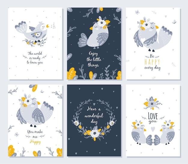 Set kaarten met schattige vogels en bloemenillustratie