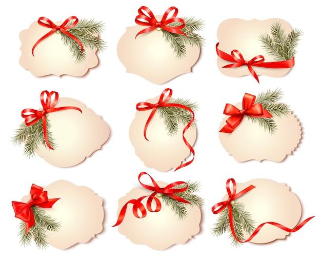 Set kerstcadeaubonnen met rode geschenkbogen met linten