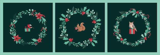 Set kerstkaarten van kransen van twijgen, bladeren, bessen, hulst, met eekhoorn, goudvink en uil, geschenken in het midden.