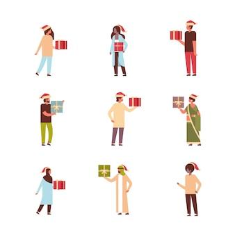 Set mensen houden geschenkdoos aanwezig vrolijk kerstfeest gelukkig nieuwjaar vakantie viering concept volledige lengte stripfiguren collectie