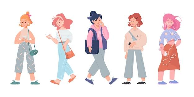 Set met platte cartoon vrouwen met smartphones, praten, sms'en en lezen van berichten geïsoleerd