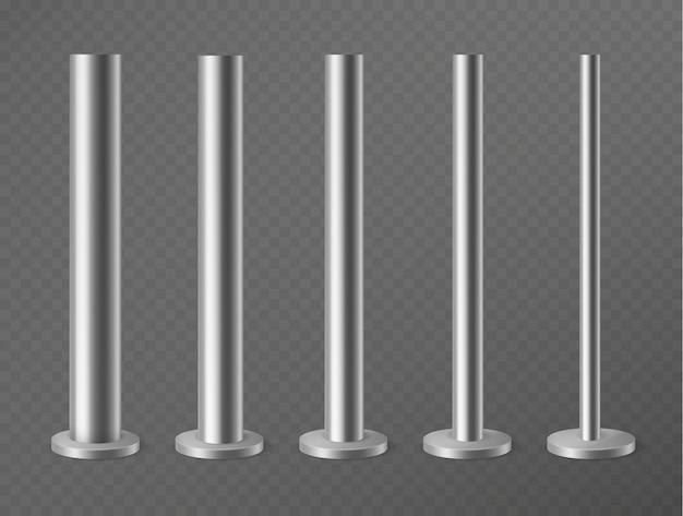 Set metalen pijlers geïsoleerd
