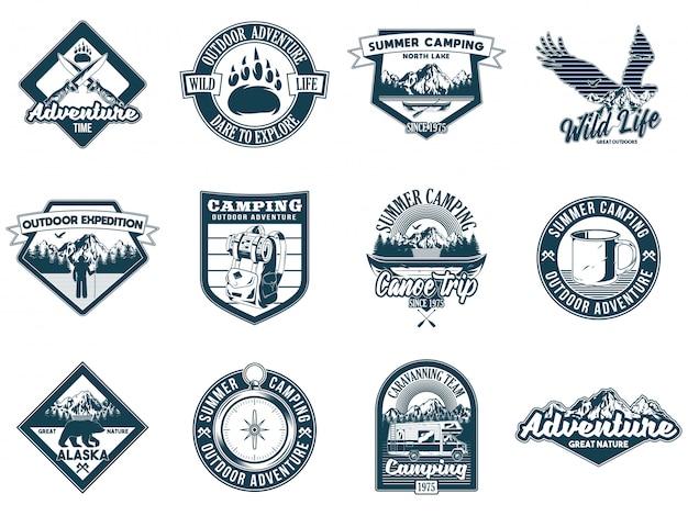 Set monochroom vintage kleurrijke camping reizen avontuur emblemen met eagle bergen rivier camper wilde beer kampvuur mes bos. badges sticker ontwerp amerikaanse hipster reizen vectorillustratie.