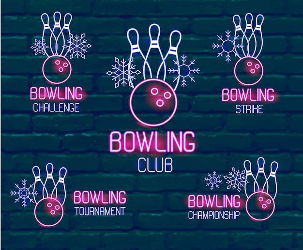 Set neon logo's in roze-blauwe kleuren met kegels, bowlingbal, sneeuwvlokken. verzameling van 5 vectorborden voor winter bowling toernooi, uitdaging, kampioenschap, staking, club tegen donkere bakstenen muur