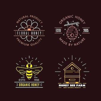 Set overzichtsjablonen logo ontwerp. biologische en eco-honingetiketten die op zwarte achtergrond worden geïsoleerd. honingproductiebedrijf, honingpakket.