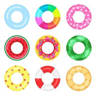 Set rubberen zwemringen met watermeloen, cake, sinaasappel, sterrenpatroon erop. levensreddende drijvende reddingsboei voor strand of schip. water en strand kleurrijke rubberen speelgoed.