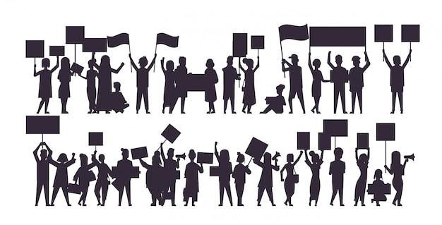 Set silhouet van mensen menigte demonstranten houden protest posters mannen vrouwen met lege stem plakkaten demonstratie toespraak politieke vrijheid concept horizontale volledige lengte vector illustratie