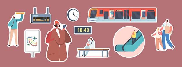 Set stickers mensen op metrostation, trein, roltrap, kaart, klok en digitaal display. mannelijke en vrouwelijke personages op openbaar metro-platform, stedelijk woon-werkverkeer. cartoon vectorillustratie