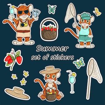 Set stickers met het symbool van het jaar van de tijger volgens de chinese kalender. stickers met zomerelementen, bosbessen, fruitmand, oogst, strohoed. vector cartoon stijl