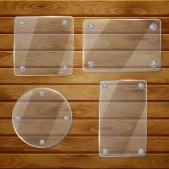 Set transparante glasplaten van verschillende vormen, vastgeschroefd aan houten planken