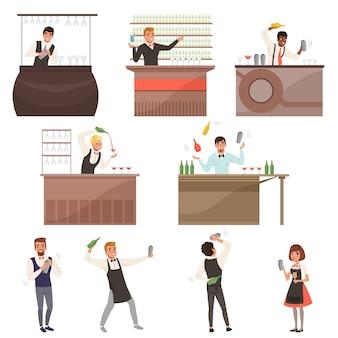 Set van barmannen aan het werk staan aan de bar, omringd met flessen en glazen. cocktails maken en glas schenken met drankjes. tekenfilm