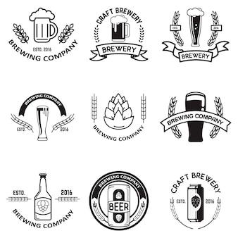 Set van bieretiketten in lijnstijl. ontwerpelementen voor logo, label, embleem, teken, merkmarkering.