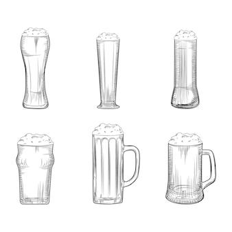Set van bierpul. volle bierglazen met schuim. gravure stijl.
