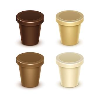 Set van bruine room lege voedsel plastic kuip emmer container voor vanille chocolade dessert yoghurt ijs zure room met label voor pakket close-up op witte achtergrond.