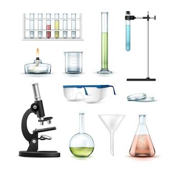 Set van chemische laboratoriumapparatuur reageerbuizen, kolven, beker, glazen, petrischaal, alcoholbrander, optische microscoop en trechter