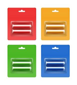 Set van cyaan blauw rood groen geel gouden glanzend alkaline aa-batterijen in cyaan blauw rood groen geel oranje blisterverpakking voor branding close-up geïsoleerd op witte achtergrond.