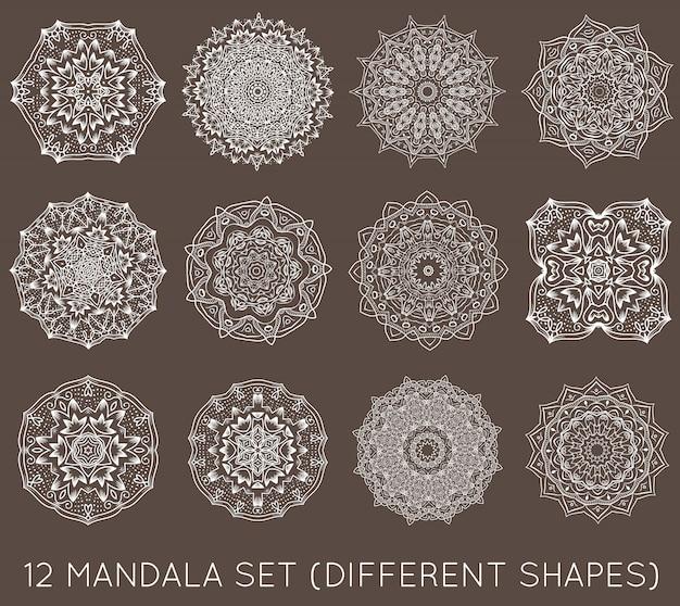 Set van etnische fractal mandala vector meditatie tatoeage ziet eruit als sneeuwvlok of maya azteekse patroon of bloem ook geïsoleerd op wit