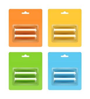 Set van geel oranje groen lichtblauw glanzend alkaline aa-batterijen in geel oranje groen lichtblauw blisterverpakking voor branding close-up geïsoleerd op witte achtergrond.