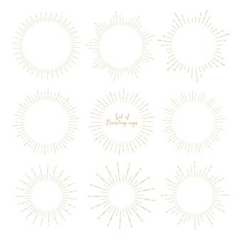 Set van gouden sunburst stijl geïsoleerd op een witte achtergrond.