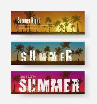 Set van horizontale banners met een zomerse zonsondergang van verschillende kleuren op het strand en tekst tussen palmen.