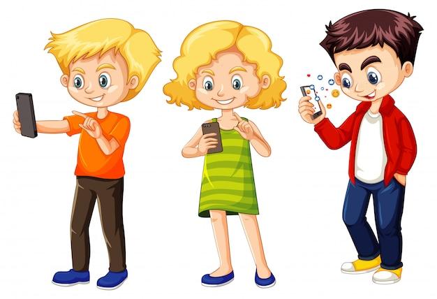 Set van jonge kinderen met behulp van de telefoon