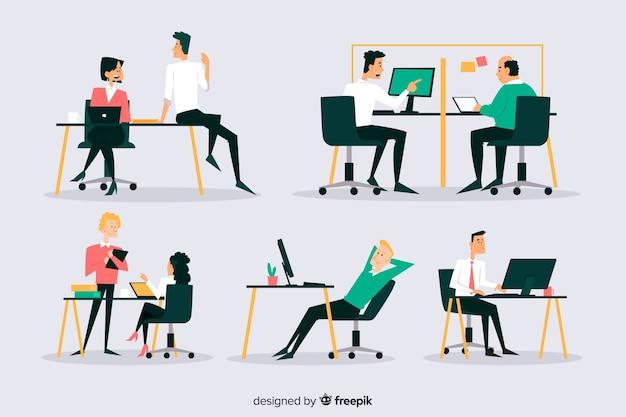 Set van kantoorpersoneel zitten aan een bureau