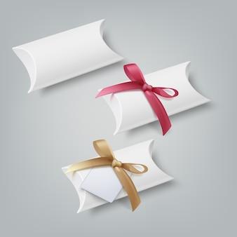 Set van kleine geschenkdozen witte geschenkdoos en met behulp van boog en papieren kaart