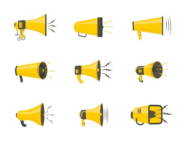 Set van kleurrijke rupor in platte ontwerp. luidspreker, megafoon, pictogram of symbool geïsoleerd op een witte achtergrond. concept voor sociale netwerken, promotie en reclame.