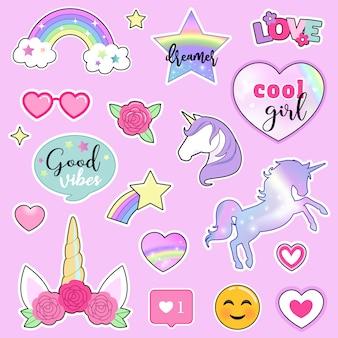 Set van kleurrijke stickers met eenhoorns, regenbogen, bloemen en hand getrokken belettering citaten
