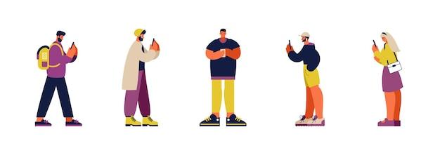 Set van kleurrijke vectorillustratie van verslaafde hedendaagse cartoon mensen in lichte vrijetijdskleding sociale media browsen op moderne smartphones