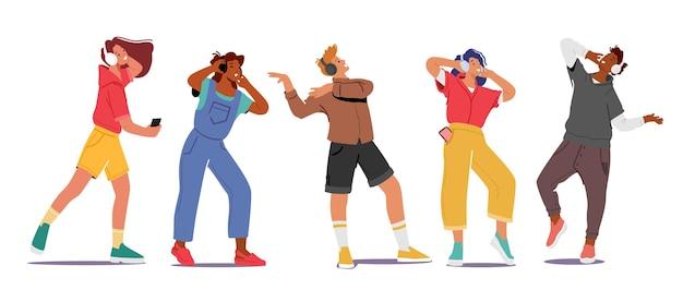 Set van mannelijke en vrouwelijke personages die een koptelefoon dragen en genieten van melodieën en ontspannen. jongeren luisteren naar geluidscompositie op muziekspeler of mobiele telefoontoepassing. cartoon mensen vectorillustratie