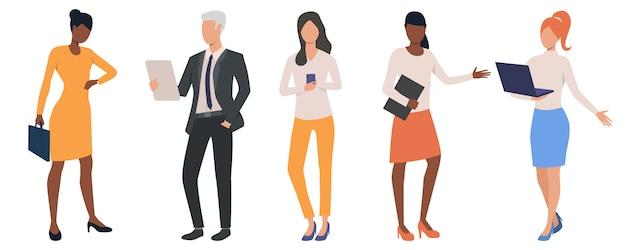 Set van multi-etnische mensen uit het bedrijfsleven analyseren van gegevens