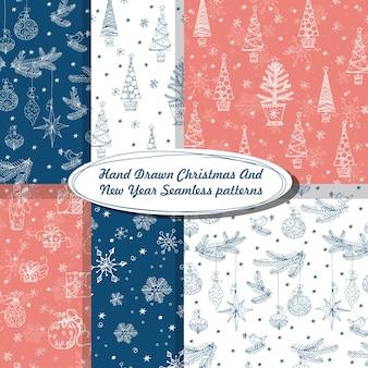 Set van naadloze patroon met handgetekende kerstbomen kerstversiering sneeuwvlokken vector