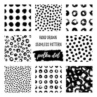 Set van naadloze polka dot patroon hand getekend met een borstel. vector zwart-wit grunge textuur van cirkels. scandinavische achtergrond in een eenvoudige stijl voor het bedrukken van textiel, behang, bedrukking op t-shirts