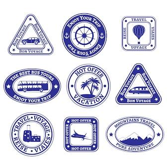 Set van negen postzegels en badges over toerisme en reizen in blauw.