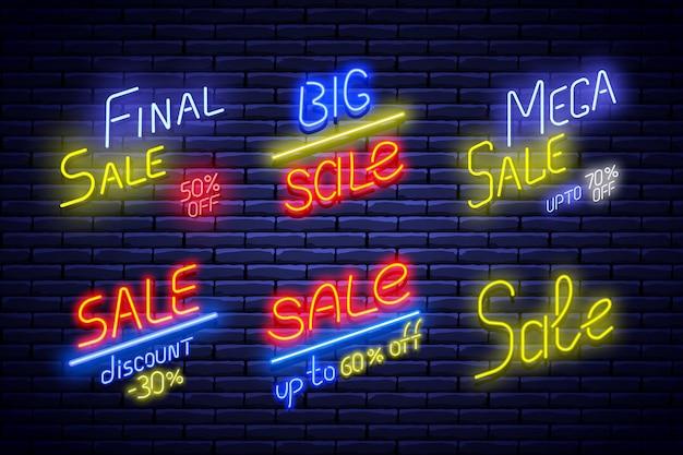 Set van neon verkoop banners op bakstenen muur. illustratie.