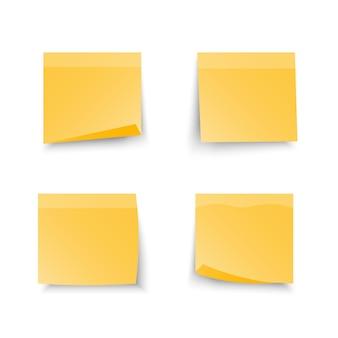Set van office gele plaknotities geïsoleerd met echte schaduw op witte achtergrond.