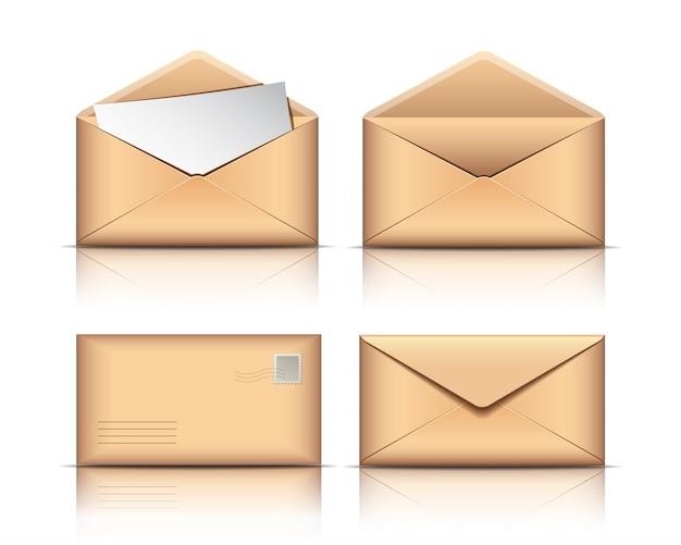 Set van oude enveloppen met blanco papier op witte achtergrond.