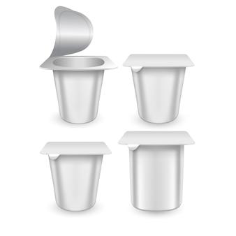 Set van realistische plastic verpakkingen met yoghurt